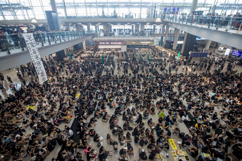 截至今日上午,預計在本週末舉行的4場遊行,全遭警方發出反對通知書。圖為香港群眾今日於香港機場進行的靜坐示威。(彭博)