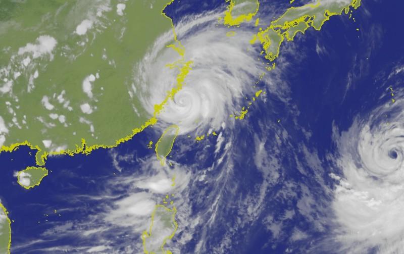 中颱利奇馬下午5時的中心位置位於台北的北北東方約260公里海面上。(圖擷自中央氣象局)