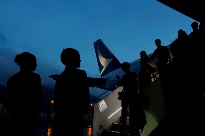 中國民航局對香港國泰航空發布「重大警示」,其中一項要求指,禁止參與和支持非法遊行、暴力衝擊活動等有過「過激行為」的機組人員執飛中國航班。(路透)