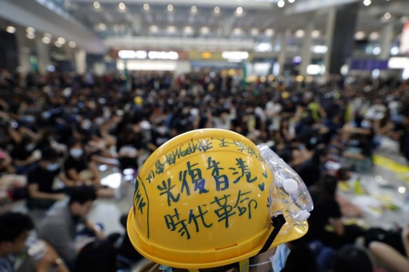 香港網友發起為期3天的「萬人接機」和平靜坐。(美聯社)