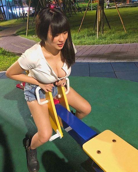 一名網友今日在PTT貼出一張身材「胸狠」正妹坐在翹翹板上的照片,只見清秀瓜子臉的正妹有著一雙修長美腿,胸前「波濤洶湧」更令人難以忽視。(擷取自「Zoeytaiii」IG)