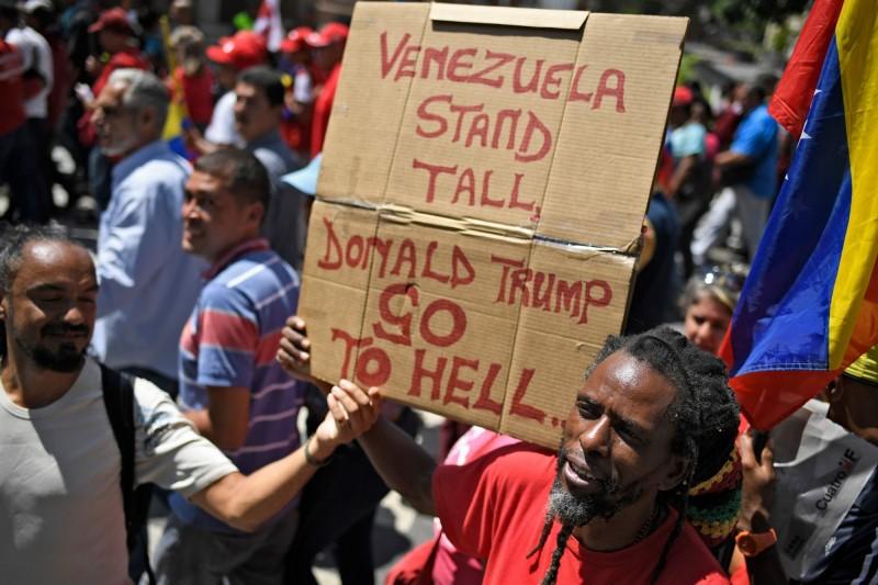 委國親政府民眾對美方多次祭出經濟制裁感到不滿,上街抗議要美國總統川普「下地獄」。(法新社)