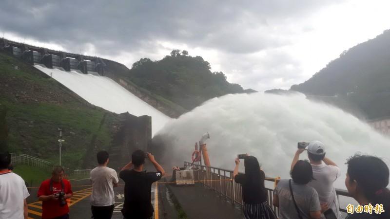 石門水庫洩洪景象磅礡,吸引民眾駐足拍照。(記者許倬勛攝)