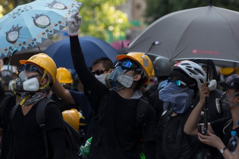香港民眾申請明日於黃大仙區遊行,但遭警方反對。圖為5日香港三罷(罷工、罷課、罷市)期間,黃大仙區民眾集會情形。(法新社)