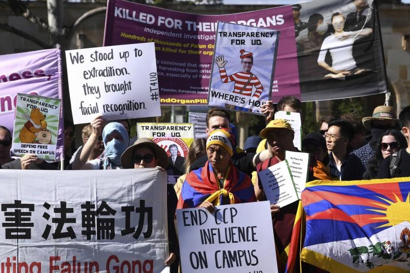 澳洲昆士蘭大學的國際學生7月31日發起和平示威,除了聲援反送中運動,也抗議中國在澳洲大學廣設孔子學院、鎮壓新疆維吾爾族。(美聯社)