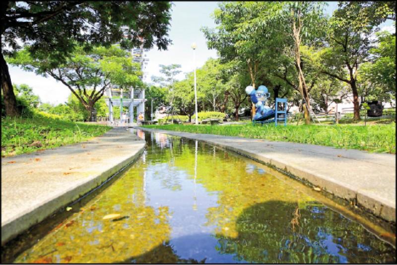 特別設置的水流裝置,讓民眾休閒散步之餘也能更親水。(記者李惠洲/攝影)