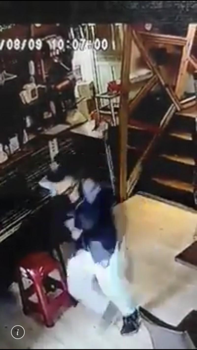 小偷潛入拉麵店內行竊。(記者劉慶侯翻攝自爆怨公社)