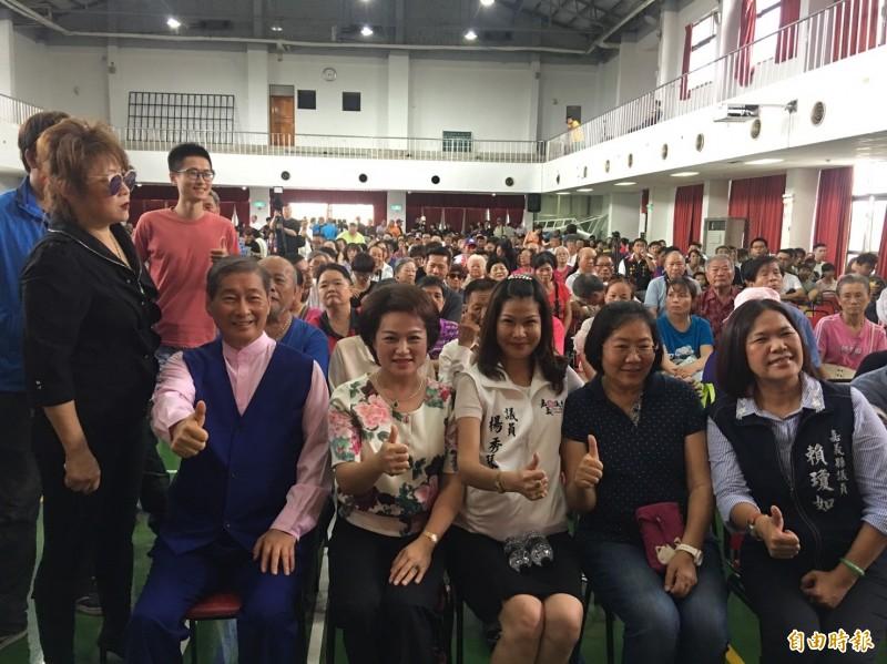 中華統一促進黨總裁張安樂(坐者由左至右)、嘉義市前議長蕭淑麗、嘉義縣議員楊秀琴、林于玲與賴瓊如。(記者蔡宗勳攝)