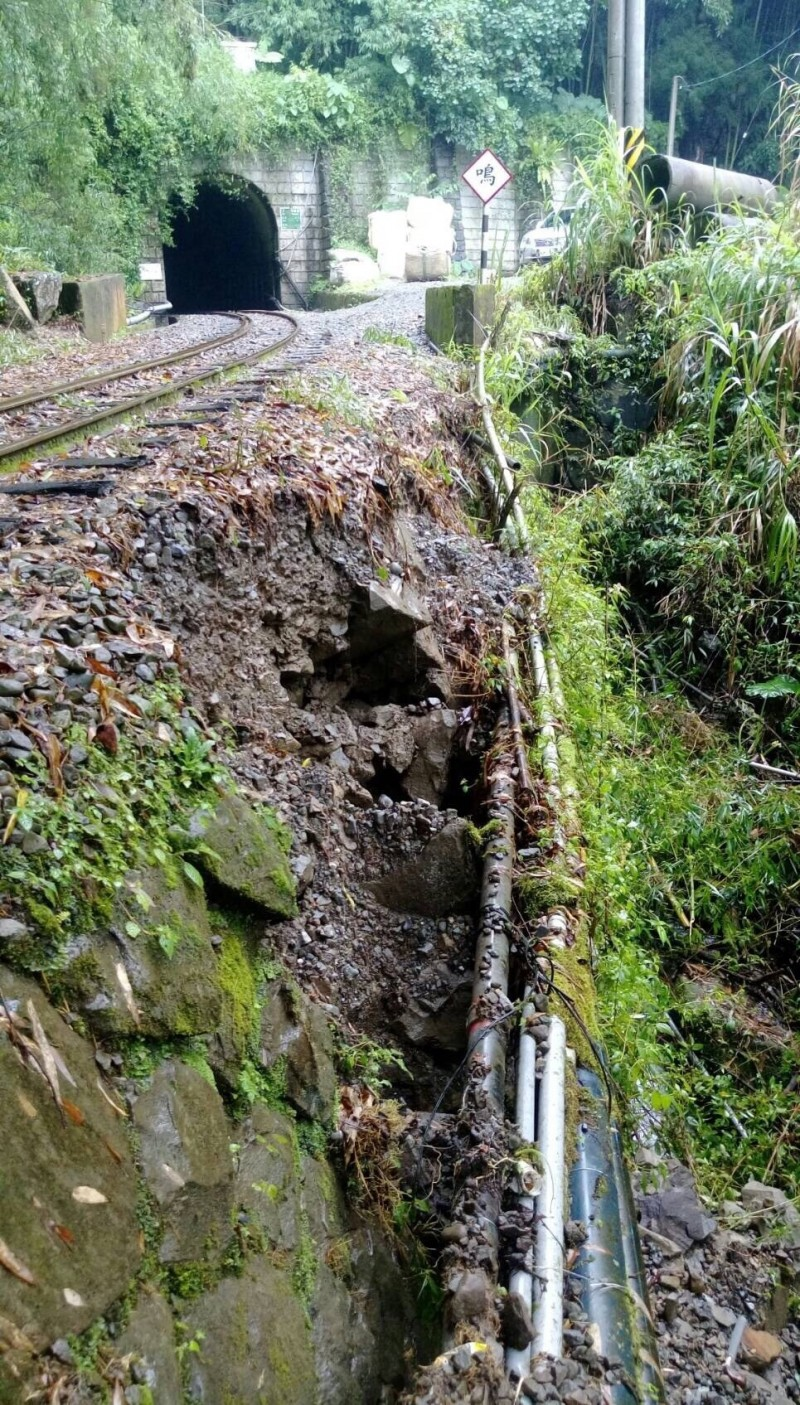阿里山森林鐵路多林段發生邊坡崩塌,奮起湖至十字暫停行駛。(林鐵及文資處提供)
