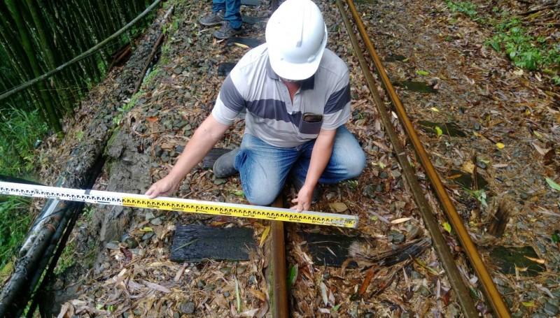 阿里山森林鐵路多林段發生邊坡崩塌,工程人員正在搶修。(林鐵及文資處提供)