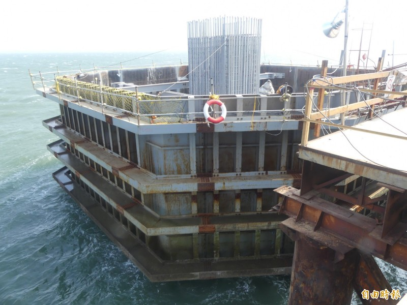 金門大橋已完成的基礎及樁帽工程。(記者吳正庭攝)