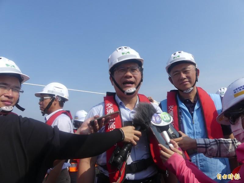 交通部長林佳龍(右二)說,政府將力推秋冬遊中的離島加碼優惠,鼓勵遊客到離島消費。(記者吳正庭攝)