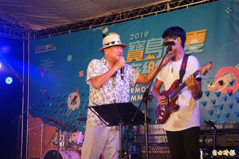 知名歌手陳昇與新寶島康樂隊,為活動帶來高潮與完美句點。(記者劉禹慶攝)