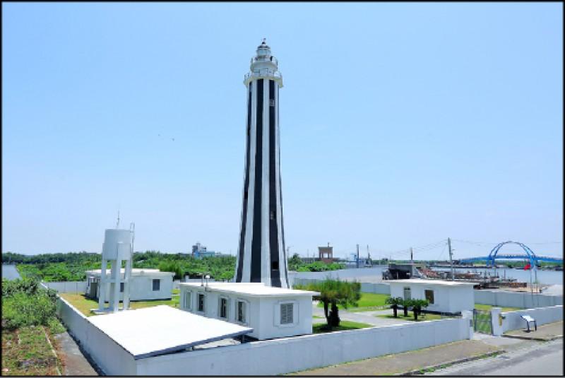 王功燈塔八角型塔身與特別的黑白直條紋外觀,是王功當地的經典地標。(記者李惠洲/攝影)