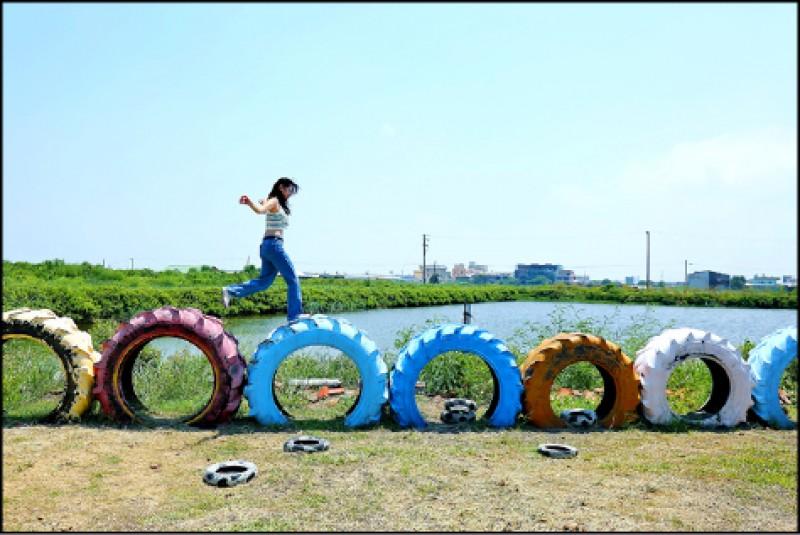 廢棄輪胎變繽紛並堆疊出許多創意造型,短暫停留30分鐘拍美照剛剛好。 (記者李惠洲/攝影)
