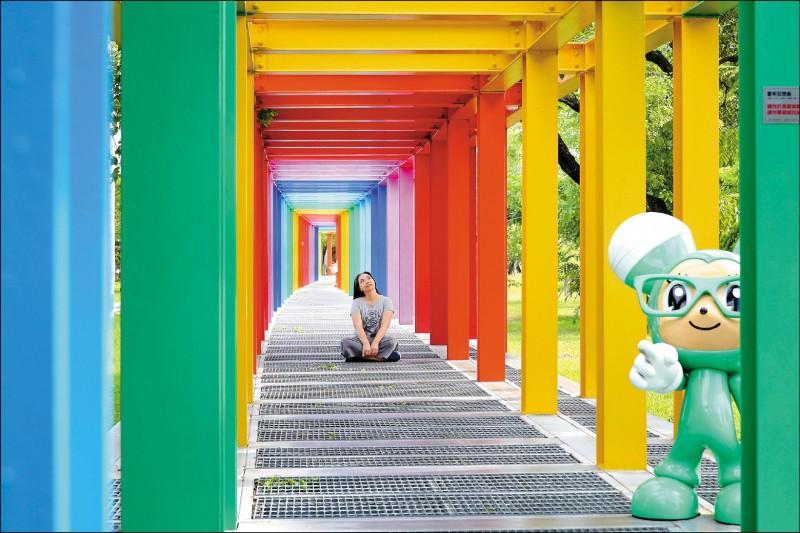 不二良打造「七彩長廊」,成為新營美術園區最夢幻的拍攝景點!(記者李惠洲/攝影)