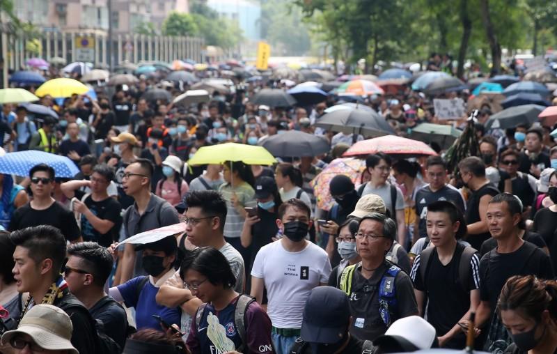 雖然大埔遊行遭到香港警方反對,仍有數千名群眾自發上街。(歐新社)