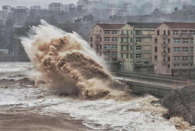 中國東部沿海省市出現強風暴雨。(法新社)