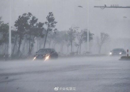 中國東部沿海城市狂風暴雨。(圖擷取自央視)