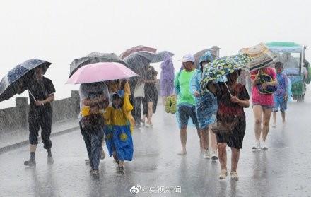 利奇馬的雨勢強勁。(圖擷取自央視)