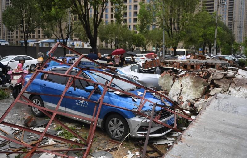 今年第9號颱風利奇馬在今天(10日)凌晨1時45分,在中國浙江省溫嶺市沿海登陸,重創當地。(路透)