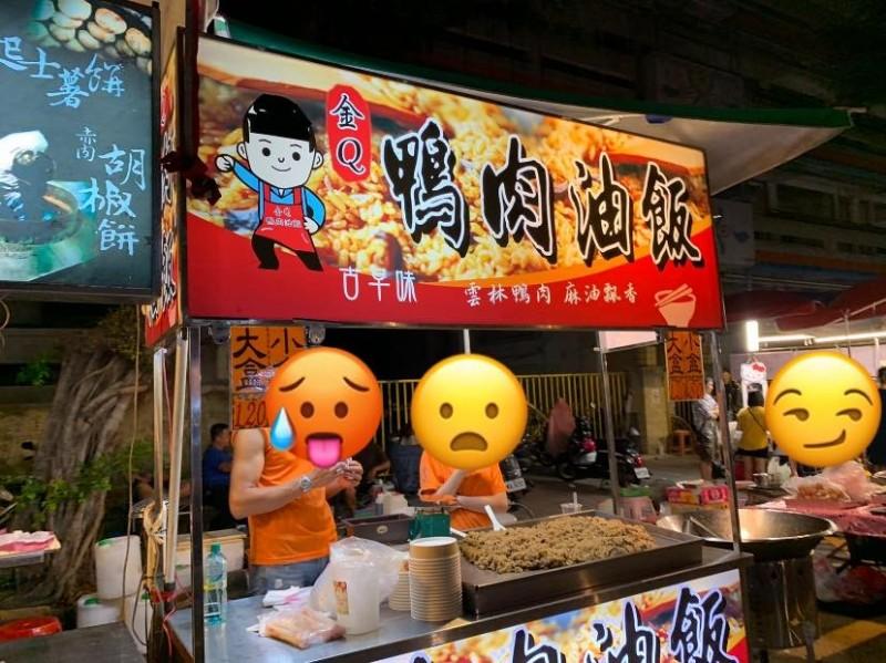 日前有網友發現,一家貼有Q版韓國瑜的攤商,竟然把光頭給塗黑,照片曝光引發網友熱議。(圖擷取自臉書社團「公民割草行動」)