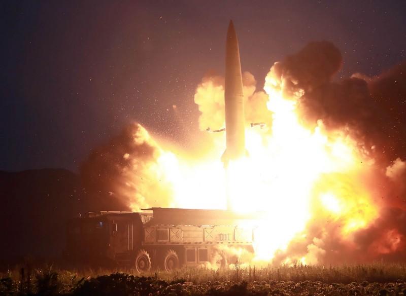 南韓軍方表示,北韓今天清晨從咸興地區向東部海域發射2枚不明飛行體,南韓軍方將會進一步監測和追蹤。(法新社資料照)