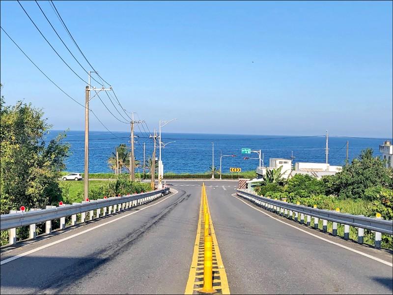 走在萬里無雲的玉長公路上,眼前海景不輸沖繩。(圖片提供/噹啷女孩)