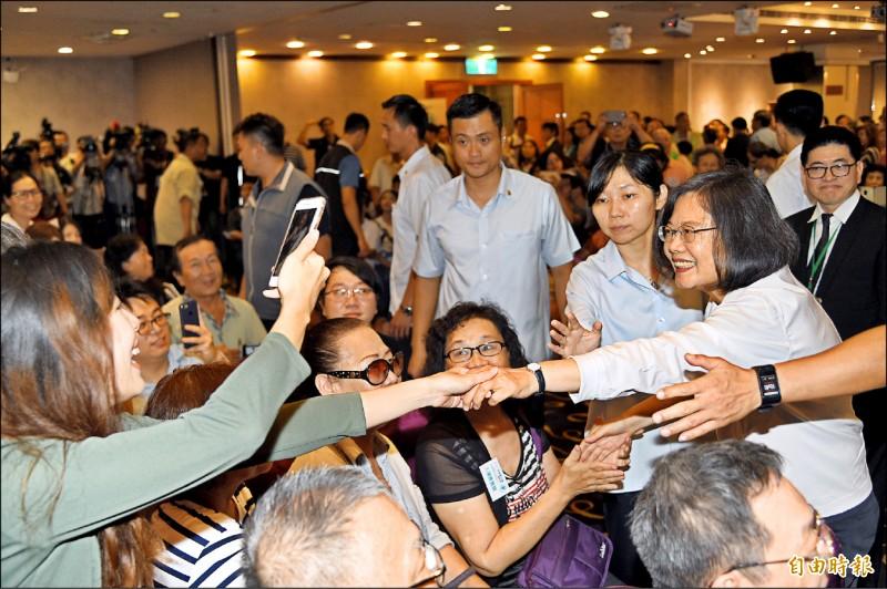 蔡英文總統昨天南下高雄參加「南台灣牙醫界蔡英文連任後援會」,受到熱烈歡迎。(記者張忠義攝)