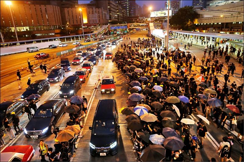 抗爭民眾十日無預警聚集在紅磡海底隧道九龍閘口,造成交通堵塞。(歐新社)