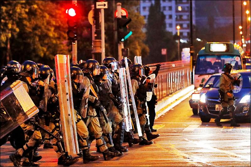 鎮暴警察十日迅速趕往抗爭民眾聚集處。(美聯社)