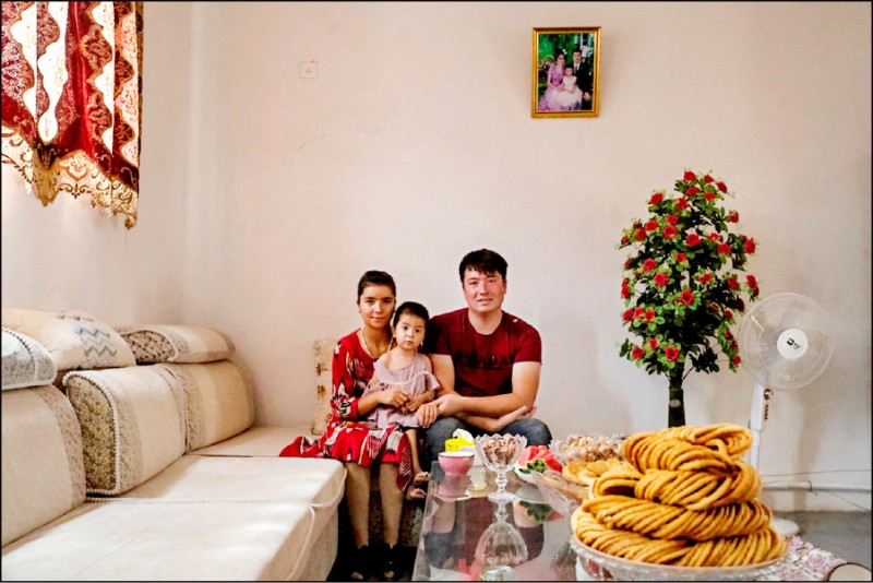 廿五歲的新疆維吾爾男子克巴亦兒在當局安排下偕妻女接受外媒訪問,但受訪的住家客廳樣板味濃厚,冰箱幾乎空無一物,也看不到任何兒童玩具。(取自紐約時報)