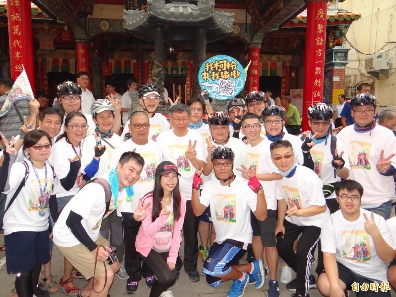 台北市長柯文哲(圖中)到台南騎單車旋風式參訪多家宮廟,許多柯粉伴騎支持。(記者王俊忠攝)