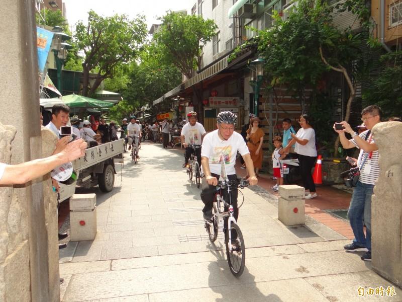 台北市長柯文哲(前者)到台南騎單車旋風式參訪宮廟。(記者王俊忠攝)