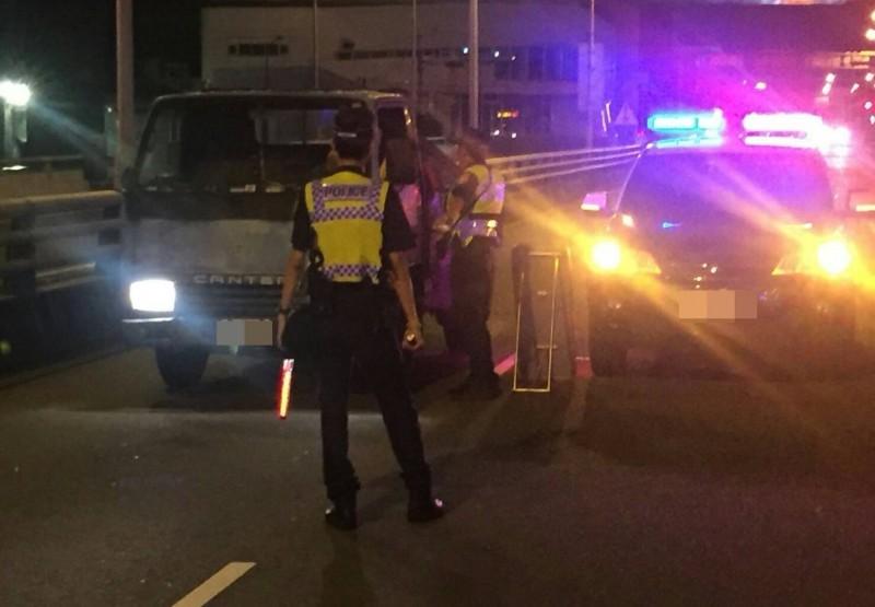 霧峰分局昨晚封閉大里橋進行酒駕路檢,1個多小時就查獲4起酒駕。(記者陳建志翻攝)