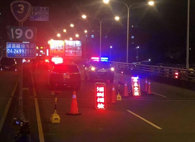 霧峰分局昨晚封閉大里橋13線車道進行酒駕路檢,並在附近路口佈下重兵,讓酒駕民眾插翅難飛。(記者陳建志翻攝)