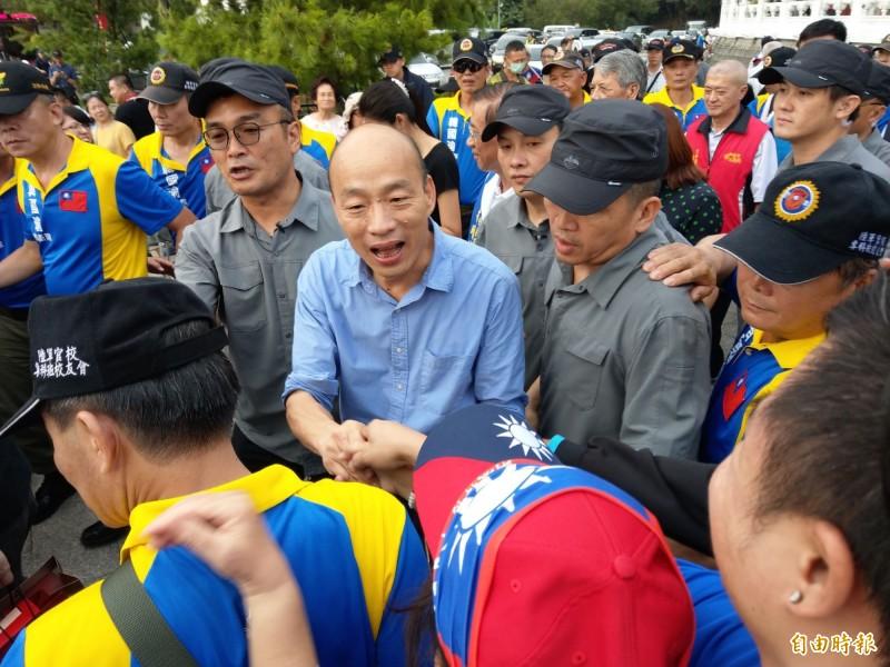 國民黨總統參選人、高雄市長韓國瑜結束日月潭文武廟行程,未用晚餐就匆匆返回高雄。(記者劉濱銓攝)