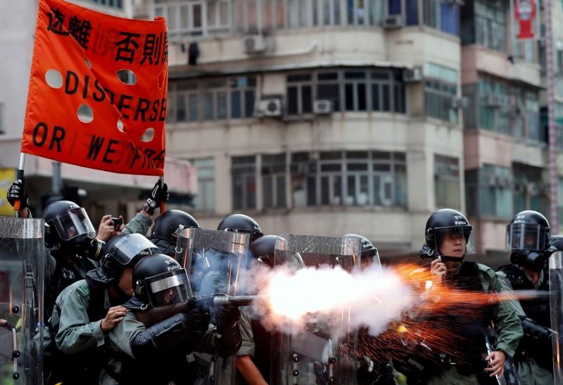 中國媒體在報導香港示威時,全面放大示威者行為,卻對警方執法過當的問題隻字不提。圖為港警11日再度於深水埗向群眾發射催淚彈。(路透)