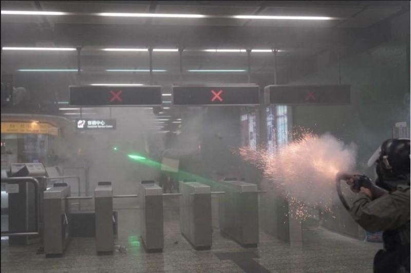 香港地鐵葵芳、太古站接連傳出港警開槍的消息,密閉車站空間內煙霧瀰漫,畫面令人震驚。(圖由Felix Lam @HK.Imaginaire授權提供)