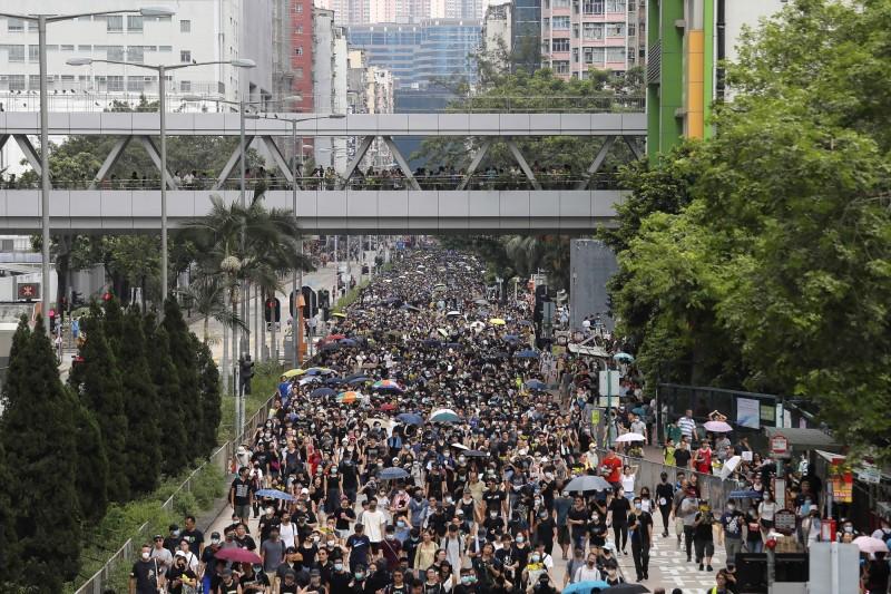 深水埗示威者在下午3點15分走出球場「自由行」。(美聯社)