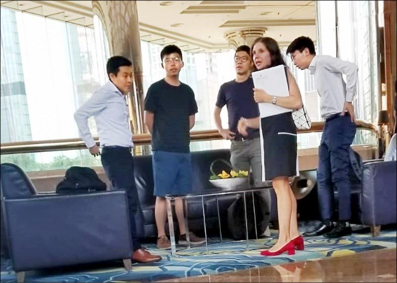「香港眾志」秘書長黃之鋒(左2)及常委羅冠聰(左3)等4人,6日在金鐘萬豪酒店會見美駐港澳總領事館政治部主管伊迪(右2)。(中央社)