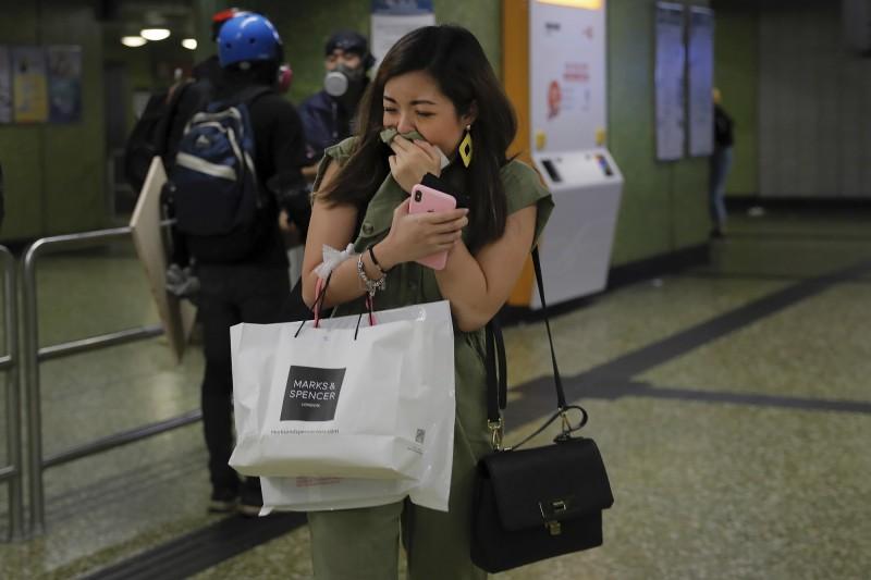 警方衝入葵芳地鐵站舉起黑旗,並朝站內發射催淚彈。(美聯社)