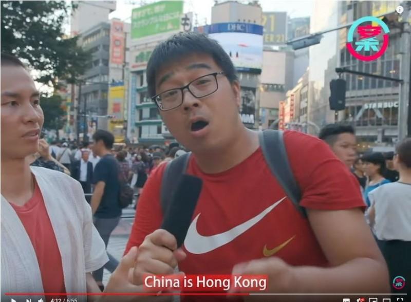 香港YouTuber Ernest(畫面左側)日前至東京街訪,不料卻遭4名疑似中國「五毛」搶麥、辱罵、圍攻。(圖擷取自YouTube)