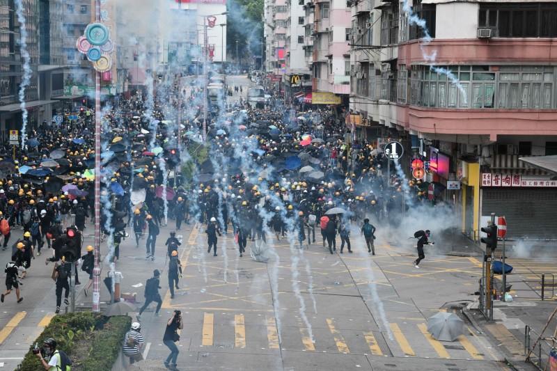 警署內的警察先後朝記者、示威者聚集的區域發射多枚催淚彈。(法新社)