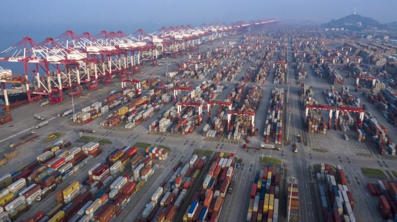 立法院預算中心研究報告指出,我國對中國的出口依賴仍遞增,恐不利經濟穩定發展。圖為上海洋山港。(彭博)