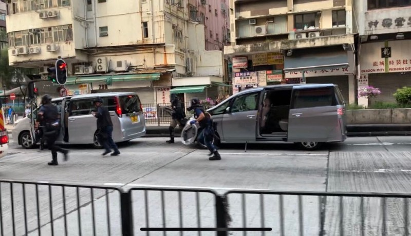多輛警車高速衝向長沙灣道的示威者防線,並逮捕多人。(圖擷取自Telegram_香港眾志)