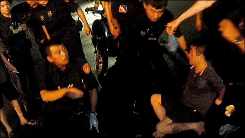 吳男後腰際掉落手槍,當場被警網壓制。(記者蔡清華翻攝)