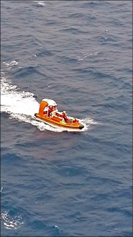 太陽公主號郵輪9日發生女子落海事件,圖為郵輪出動搜救艇搜尋,找到女子時已無生命跡象。(記者俞肇福翻攝)