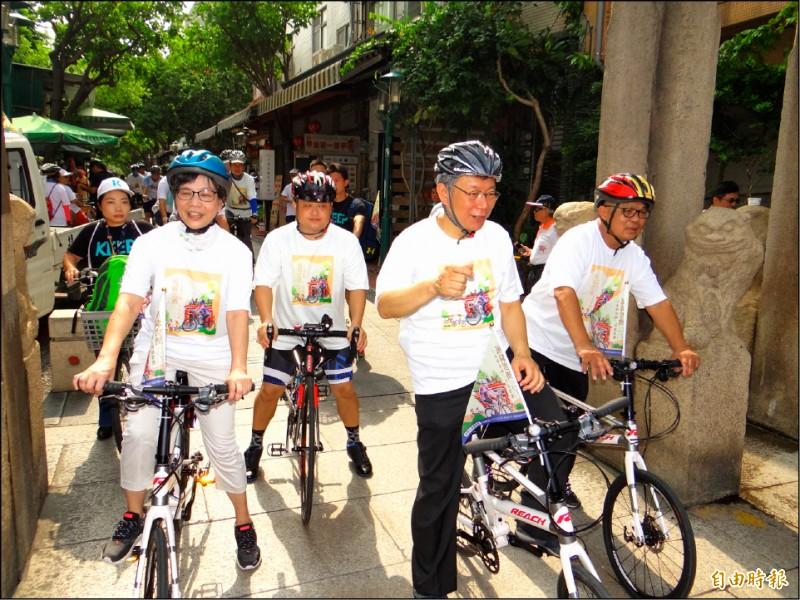 台北市長柯文哲(前右二)與幕僚到台南騎單車旋風式參訪宮廟。(記者王俊忠攝)