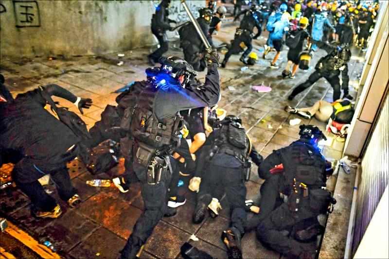 示威者在尖沙咀警署外與警方爆發流血衝突。(法新社)